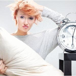 Болит голова утром у женщины