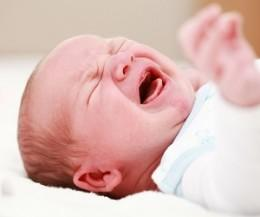 Почему ребенок плачет во время кормления и как избавить его от дискомфорта