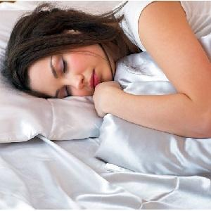 Девочка спит на кровати
