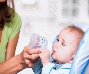 Пьет водичку из бутылочки