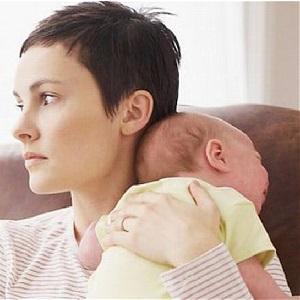 Мама держит спящего малыша на плечах