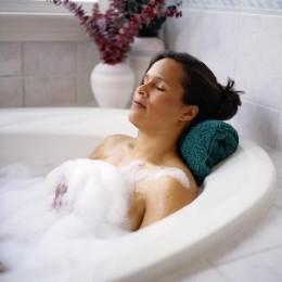Когда можно начинать принимать ванну после родов и правила безопасных заплывов для кормящих мам