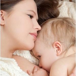 Малыш кушает молоко мамы
