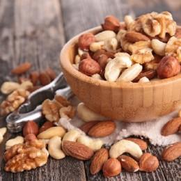 Какие орехи лучше при грудном вскармливании и в чем их опасность
