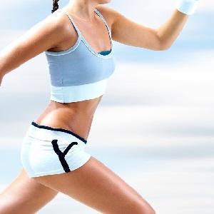 Короткие белые спортивные шорты