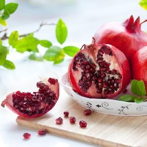 Профессиональное разломанные фрукты на тарелке