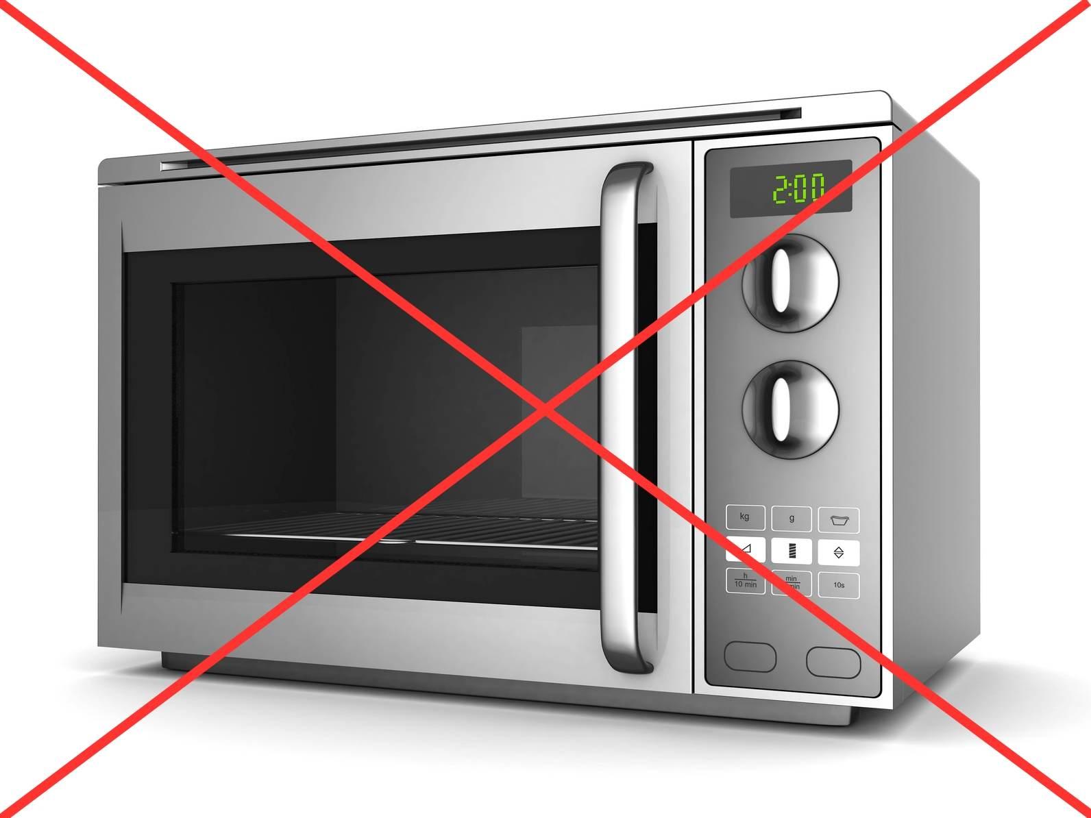 Размораживать молоко в микроволновой печи не рекомендуется
