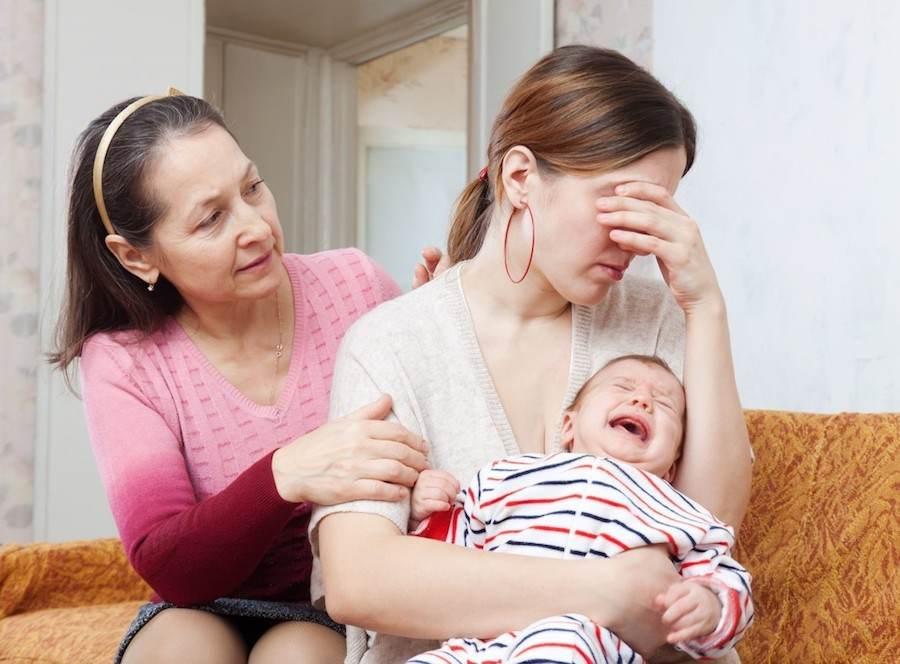 Близкие поддерживают молодую мать