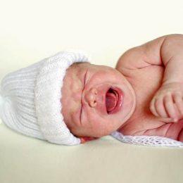 Кишечные колики у новорожденных: что делать маме и какую первую помощь оказать ребенку